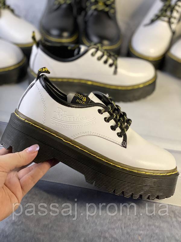 Белые туфли в стиле мартинс, броги из натуральной кожи