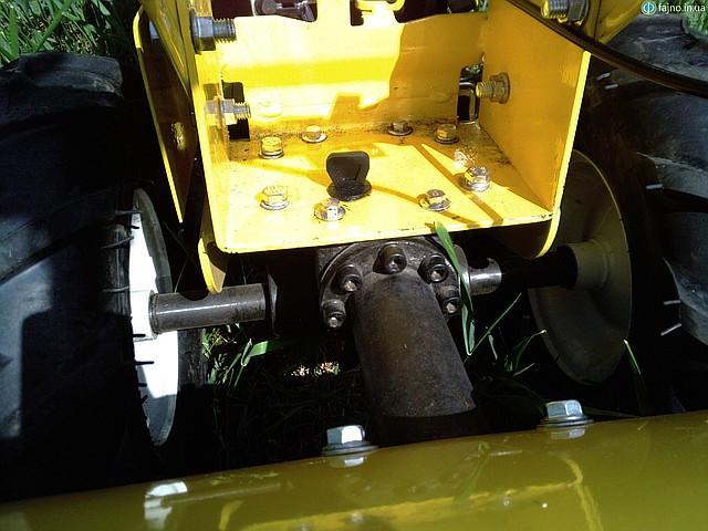 Горловина для залива редукторного масла на культиваторе Sadko М400 удобно расположена для залива масла