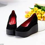 Модельні жіночі чорні замшеві туфлі натуральна замша на платформі танкетці, фото 3