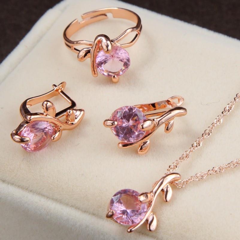 Женский комплект украшений кольцо, серьги и цепочка с кулоном с розовыми камнями код 1494