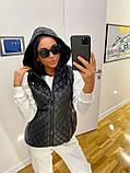 Стильна жіноча стьобана жилетка-безрукавка м прюшоном і кишенями р. 42-48., фото 7