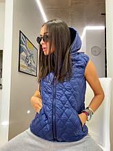 Стильна жіноча стьобана жилетка-безрукавка м прюшоном і кишенями р. 42-48. синій ромб