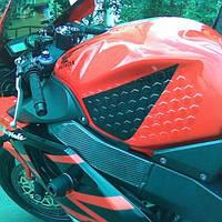 Соты на бак мотоцикла прозрачные твердый силикон, фото 1