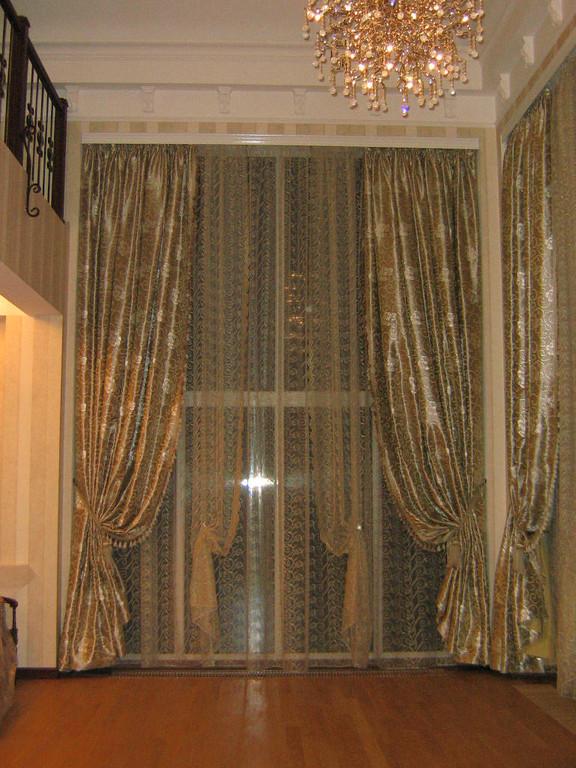 Текстильное оформление нестандартных окон  в частном доме : стиль неоклассицизм