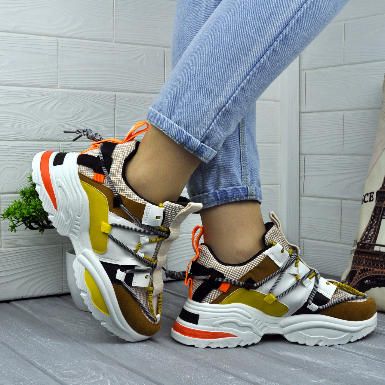 Яркие женские кроссовки на высокой подошве