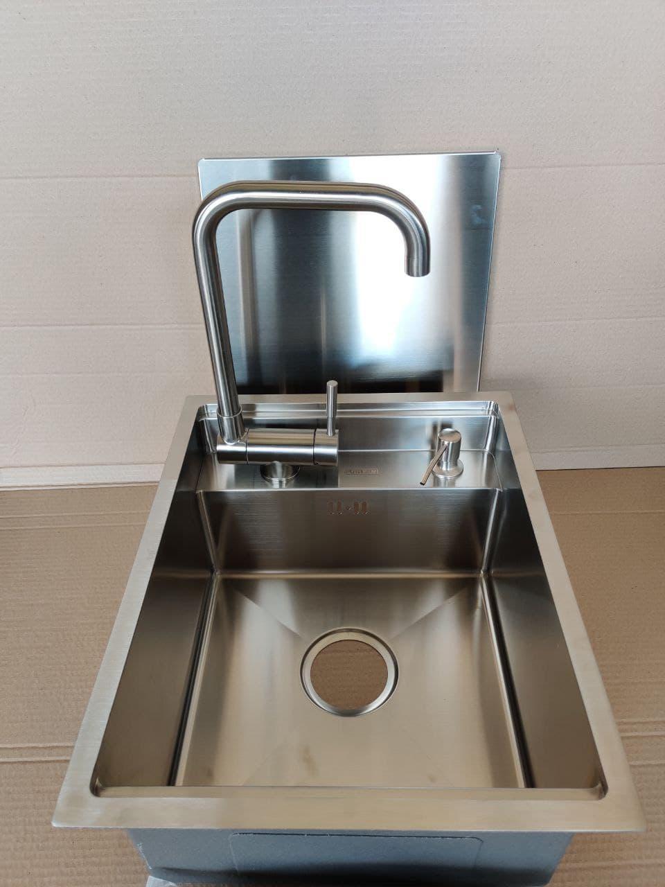 Кухонная скрытая мойка Platinum Handmade 50 * 50/220 смеситель в комплекте