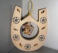 Деревянная подкова с обезьянкой