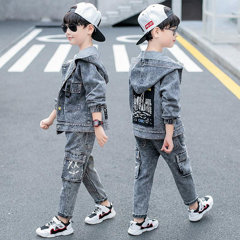 Джинсовый костюм на мальчика с накладными карманами