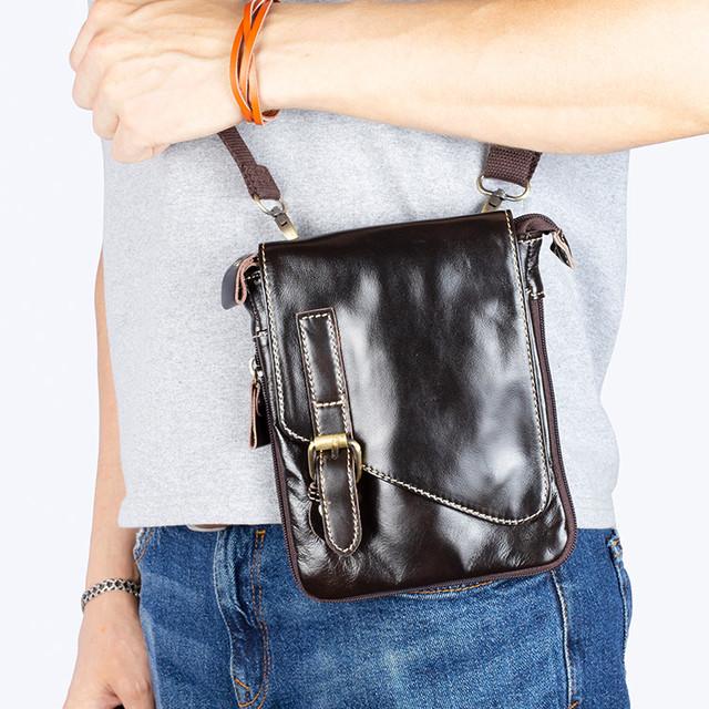 Фото мужчины с кожаной сумкой через плечо