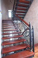 Лестница кованая с деревянными ступенями