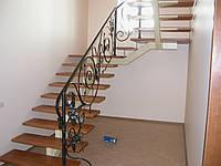 Кованая лестница с перилами.