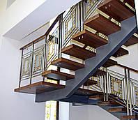 Металлическая лестница с перилами из мозаики.