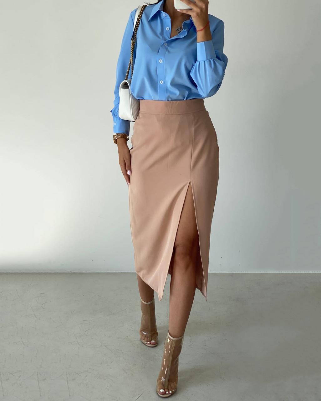 Жіночий костюм з сорочкою і спідницею міді з розрізом