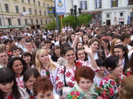 Рекорд України «Наймасовіший герб України з людей у вишиванках»