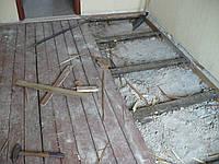 Демонтаж деревянного пола на лагах