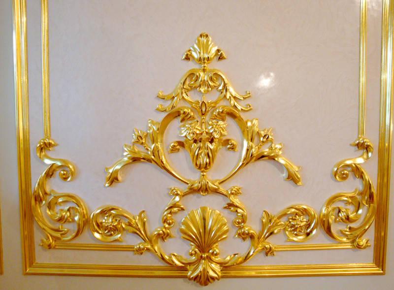 Позолота лепнины сусальным золотом.