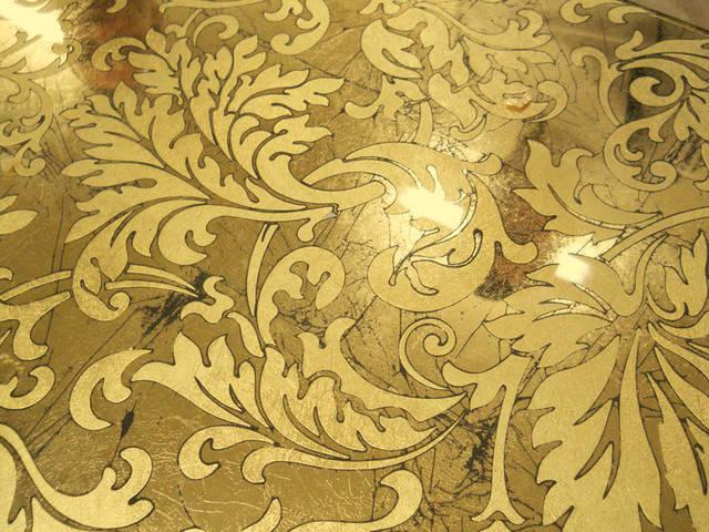 Стекло с выборочным нанесением золотой потали.