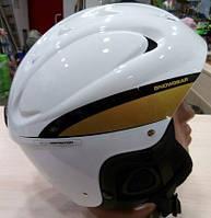 Шлем для горнолыжного катания белого цвета.