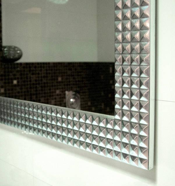 Зеркало в прямоугольной раме с отделкой поталью.