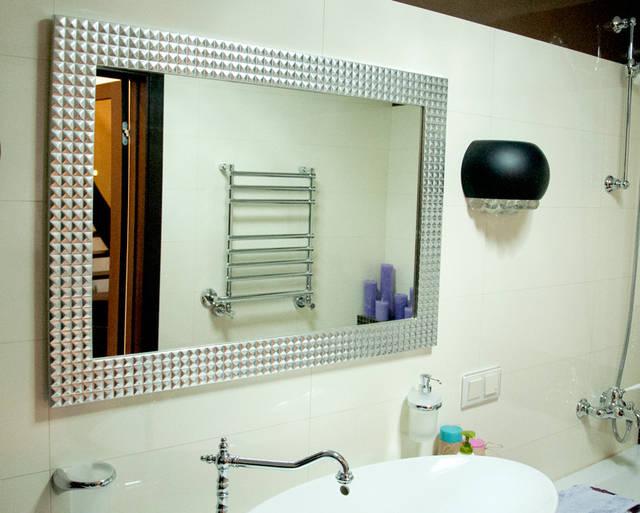 Настенное прямоугольное зеркало в серебряной раме.