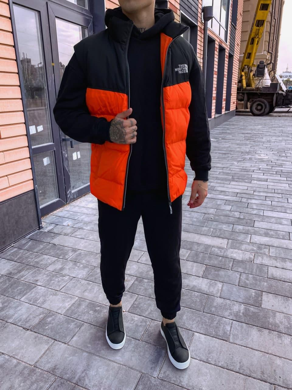 Жилетка чоловіча стеганая на пуху помаранчева з чорним без капюшона