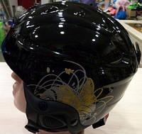 Горнолыжный шлем для сноубординга черного цвета.