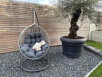 Подвесное кресло серого цвета с серой подушкой из ротанга