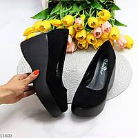 Элегантные женственные черные замшевые женские туфли на танкетке