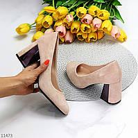 Нарядные бежевые замшевые женские туфли на устойчивом фигурном каблуке