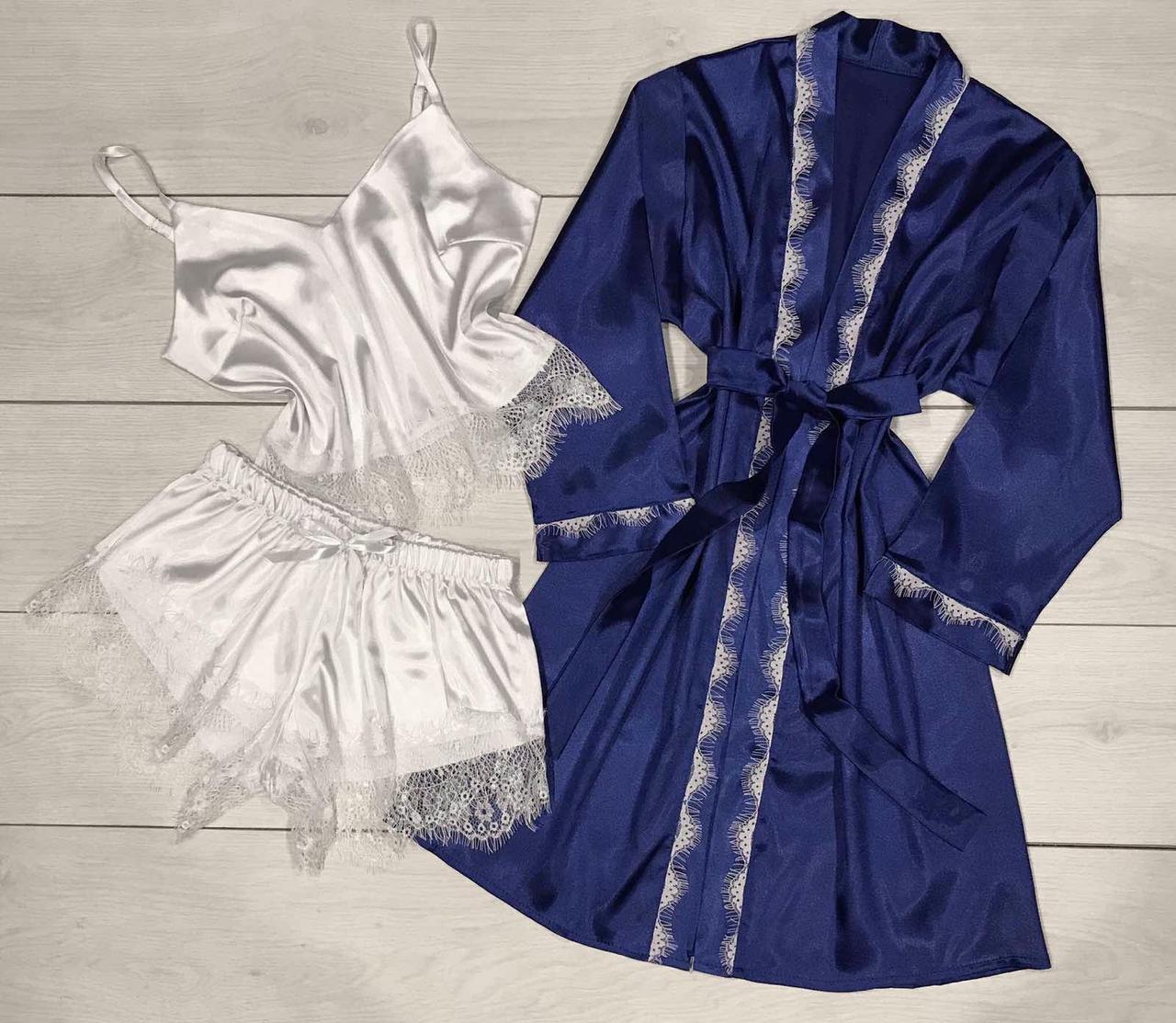 Синій шовковий халат і біла піжама з мереживом.