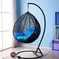 Черный кресло кокон из ротанга и синяя подушка в комплекте