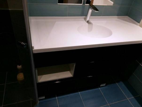 Столешница из искусственного камня, интегрированная мойка. Тумба в ванную - МДФ крашенный глянец.