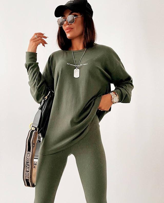Женский костюм в рубчик с лосинами и кофтой свободного кроя
