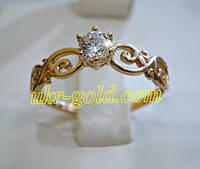 Золотое кольцо с фианитом помолвочное.