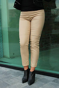 Брюки женские модные осенние с высокой посадкой из эко-кожи укороченные №952 бежевого цвета