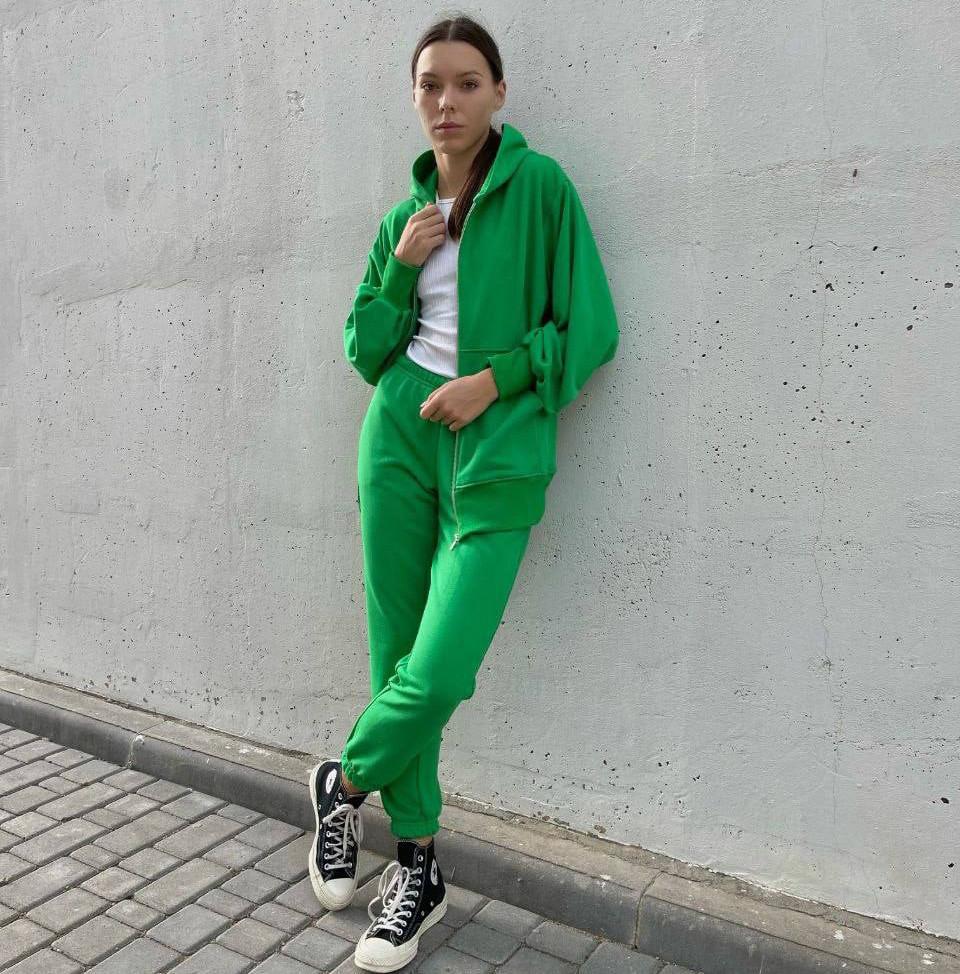 Стильный женский спортивный костюм свободного кроя