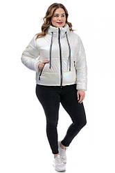 Демісезонна коротка жіноча куртка білого кольору