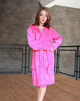 Яркий короткий махровый халат женский розового цвета