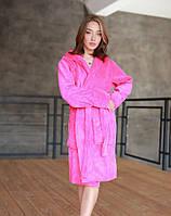 Яскравий короткий махровий халат жіночий рожевого кольору