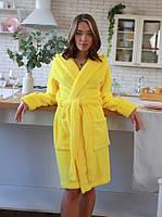 Яркий короткий женский махровый халат в желтом цвете