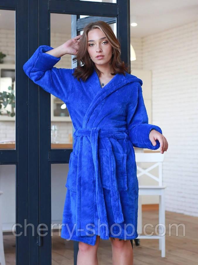 Короткий махровый стильный женский халат в цвете электрик