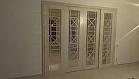 Межкомнатная раздвижная дверь из массива ясеня со стеклом