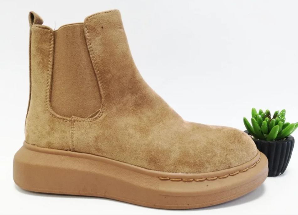 Жіночі черевики бежевого кольору на плоскій підошві