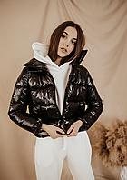 Женская демисезонная глянцевая куртка чёрного цвета короткая дутая курточка