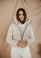 Женская демисезонная глянцевая куртка бежевого цвета короткая дутая курточка