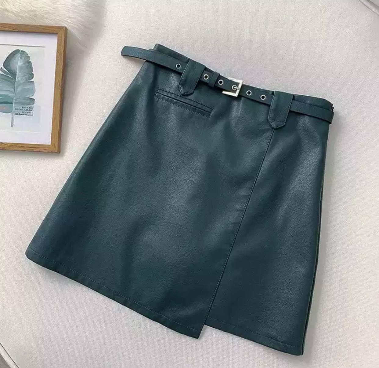 Кожаная изумрудная короткая юбка с ремнем облегающего типа