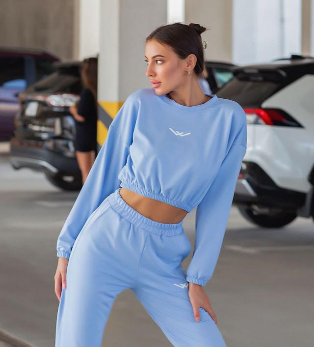 Женский спортивный костюм с укороченной кофтой на резинке.