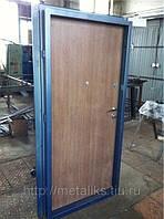 Тамрная дверь в подъезде многоквартирного дома