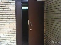 Тамрная дверь в подъезде