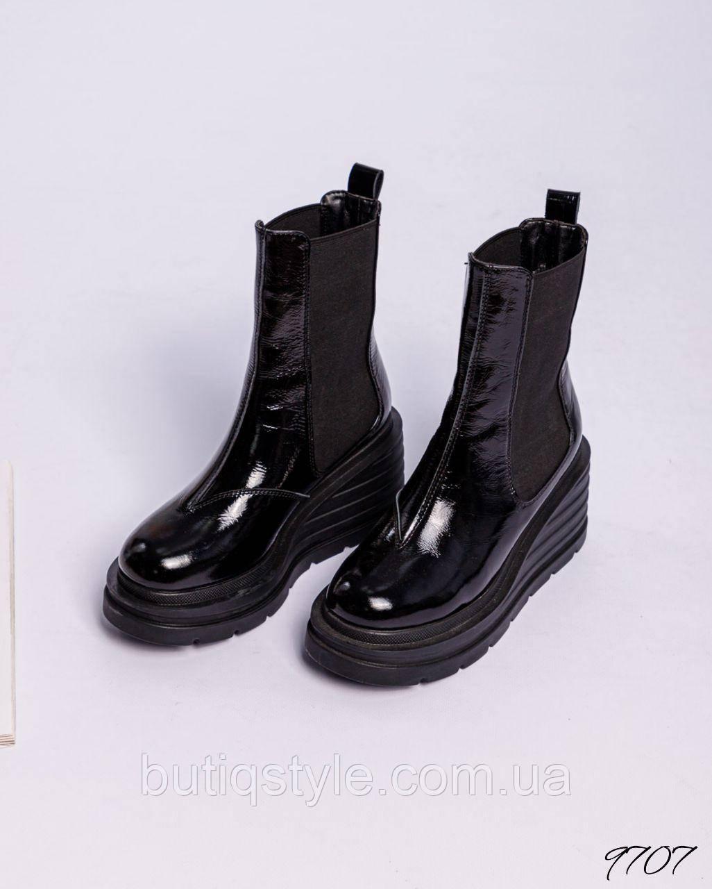 Жіночі чорні черевики натуральна лакова шкіра на танкетці Демі